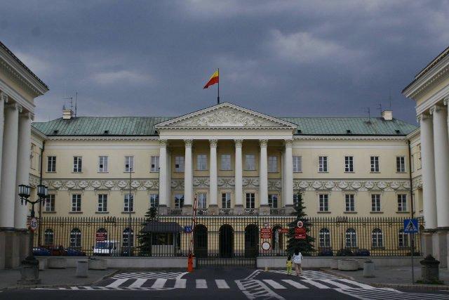 Trzej urzędnicy zatrzymani w warszawskim ratuszu. Powód: podejrzenie korupcji w związku z reprywatyzacją.