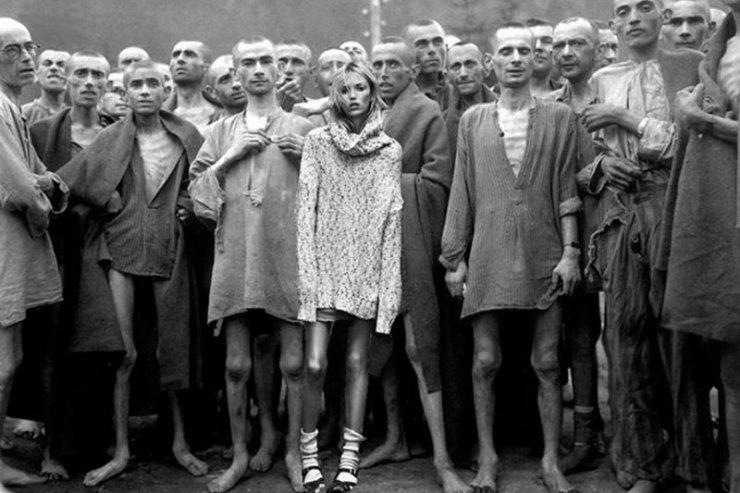 """Anja Rubik na zdjęciu z więźniami obozu koncentracyjnego – tak internet zareagował na sesję w """"Vogue'u""""."""
