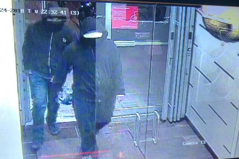 Ci dwaj niezidentyfikowani mężczyźni wnieśli bombę do restauracji w mieście Mississauga koło Toronto.