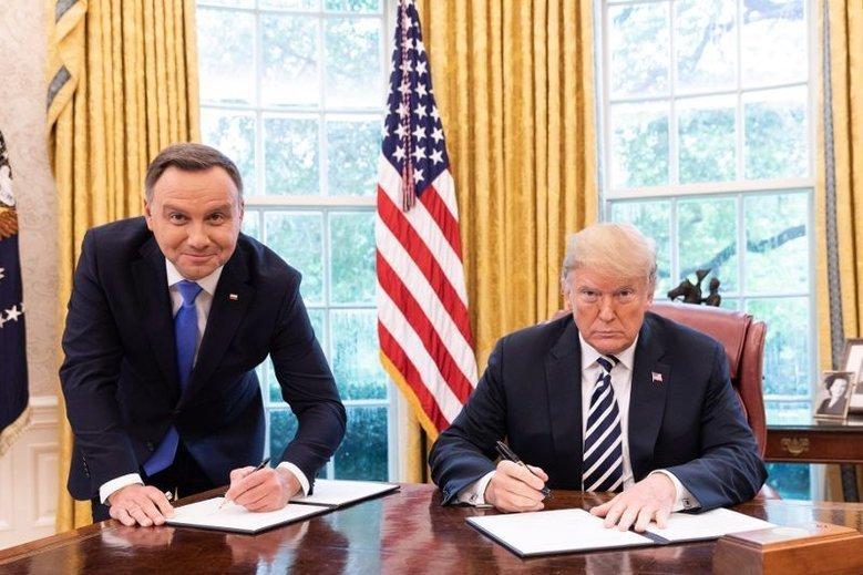 Prezydent Polski podczas podpisywania dokumentu o współpracy polsko-amerykańskiej we wrześniu 2018 roku stał, podczas gdy Donald Trump siedział wygodnie za biurkiem.