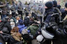 Tak policja interweniowała podczas IV Marszu Pamięci Żołnierzy Wyklętych w ubiegłym roku.