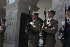 Żołnierze pełniący wartę przed Grobem Nieznanego Żołnierza w Warszawie zdradzili nam kulisy swojej służby.