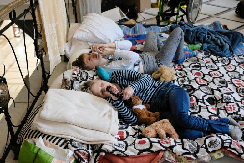 Protestujący w Sejmie każdego dnia na posadzce rozkładają materace, karimaty, koce i śpiwory, na których śpią.