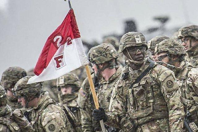 Żołnierze kilka godzin mokli w deszczu, bo minister siedział na Nowogrodzkiej.