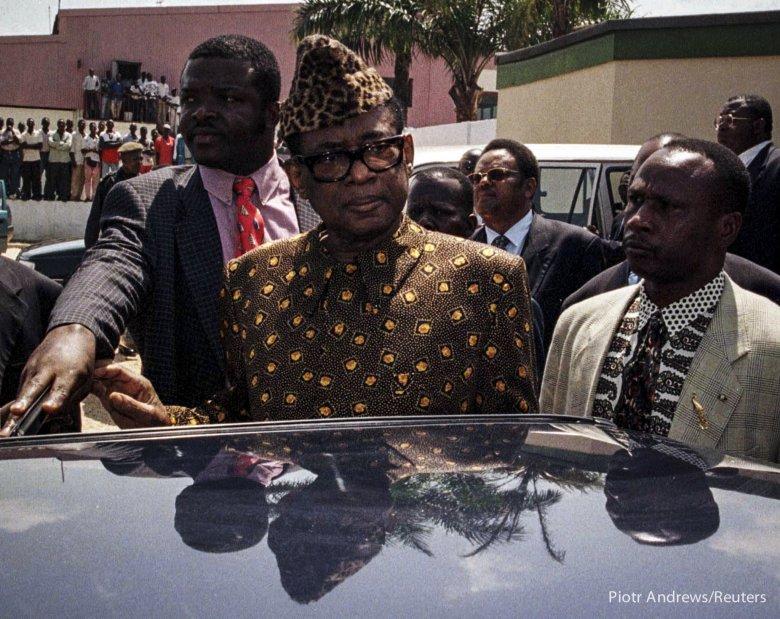 Obalony prezydent Zairu, Mobutu Sese Seko przed opuszczeniem rozmów pokojowych w Point Noir w Kongo Brazaville.