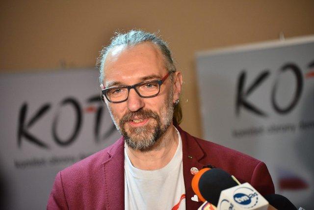 Mateusz Kijowski, były lider KOD, pisze, że jest wzruszony i dziękuje internautom za wsparcie.
