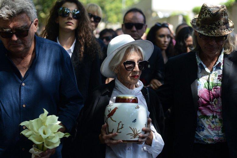 Pogrzeb Kory był ceremonią świecką, która nie przypadła do gustu konserwatywnym prawicowcom i niektórym księżom.