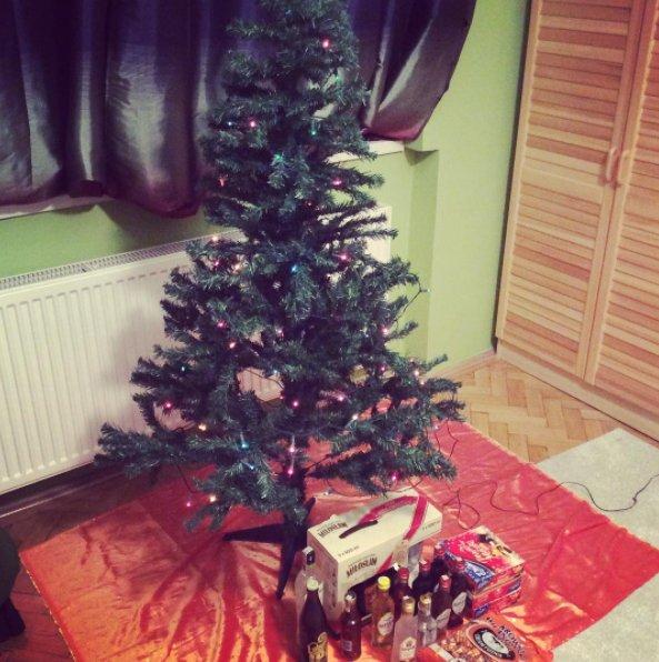 Właściciel tej choinki wielorazowego użytku opatrzył ją hasztagiem #uglychristmastree
