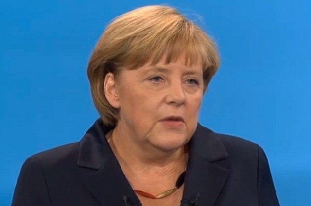 Czarno-złoto-czerwony naszyjnik Angeli Merkel stał się przebojem przedwyborczej debaty telewizyjnej