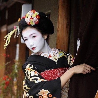 Tradycyjny i pracochłonny makijaż gejszy