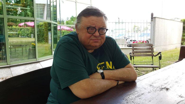 Wbrew napisowi na koszulce, Wojciech Mann nie uważa się za legendę.