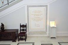 PiS po cichu wiesza tablicę upamiętniającą Lecha Kaczyńskiego w sejmowym korytarzu. Sprzeciwia się temu opozycja.