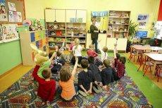 Pierwsze 5 godzin opieki w przedszkolu finansuje gmina, cena kolejnej godziny nie może przekraczać 1 zł.