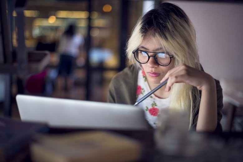 W pokoleniu osób urodzonych w późnych latach 80. i w latach 90. coraz więcej osób zwleka ze skończeniem podjętych studiów.