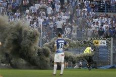 Kibole Lecha Poznań odpalili race i świece dymne podczas meczu z Legią Warszawa o mistrzostwo w lidze. Ale jak przemycili je na teren stadionu?