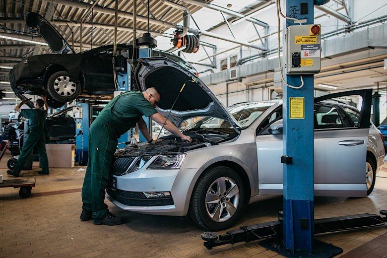 Kiedy w salonie sprzedawane są auta, w serwisie trwa m.in. przygotowanie nowych aut do wydania klientom.