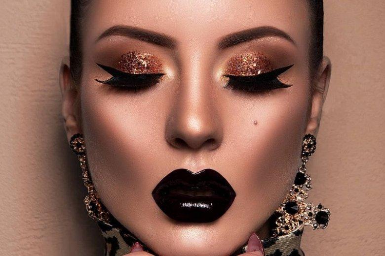Seksowna czerń na ustach i złoto na powiekach to bardzo odważne i wyraziste połączenie