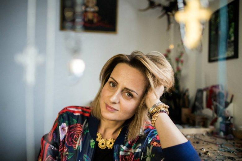 Projektantka biżuterii Anka Krystyniak na tle swojego miejsca pracy