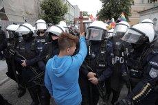 Jakub Baryła stał z krzyżem podczas Marszu Równości w Płocku.