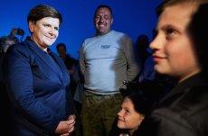 Premier Beata Szydło w Zalesiu (woj. pomorskie) podczas wizytacji u rodziny poszkodowanej w nawałnicy, która przeszła nad powiatem Chojnickim