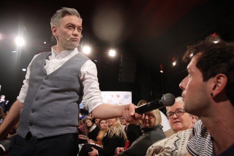 """Robert Biedroń w trakcie """"burzy mózgów"""" w Warszawie."""