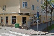 Mimo zakazu handlu w niedzielę, żona posła PiS Wojciecha Kossakowskiego sprzedaje w swoim sklepie.