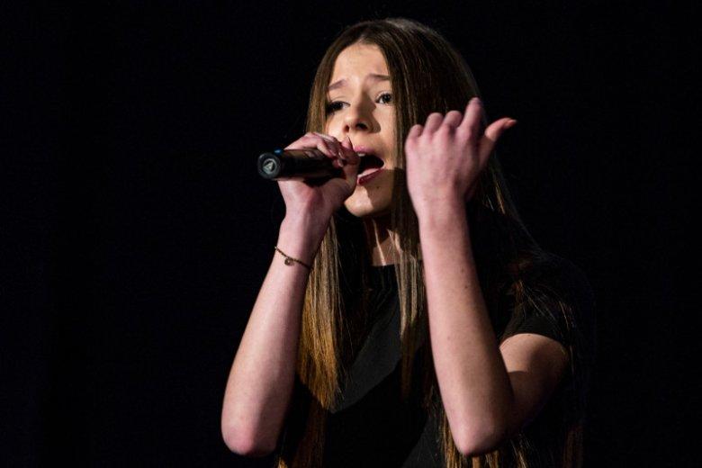 14-letnia piosenkarka została skrytykowana za swój ubiór.