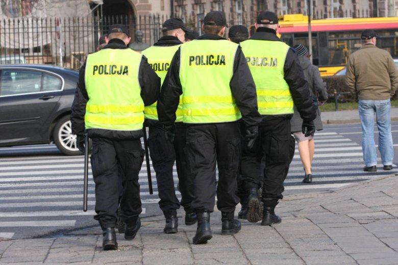 Około 60 funkcjonariuszy zostało oddelegowanych do pilnowania budynków rządowych.