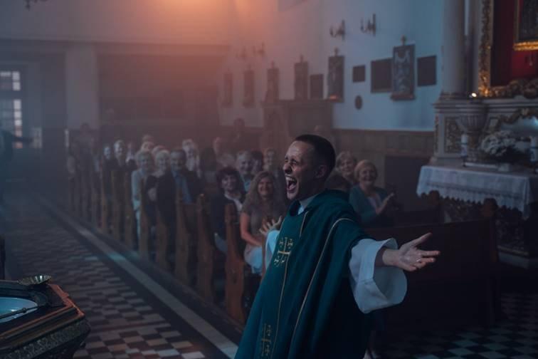 """Bohater filmu """"Boże ciało"""" jest również nietypowym księdzem"""
