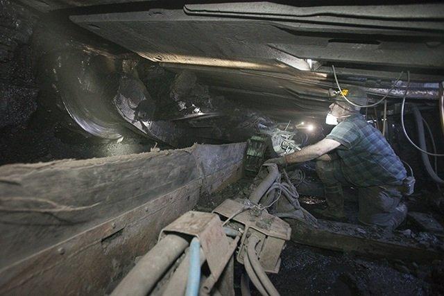 Kombajn węglowy, niestety czasem trzeba poprawiać łopatą