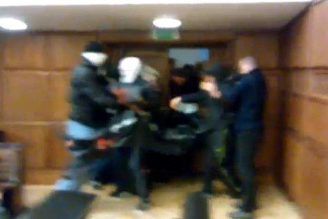 Prawicowa bojówka atakuje aulę im. Adama Mickiewicza na UW