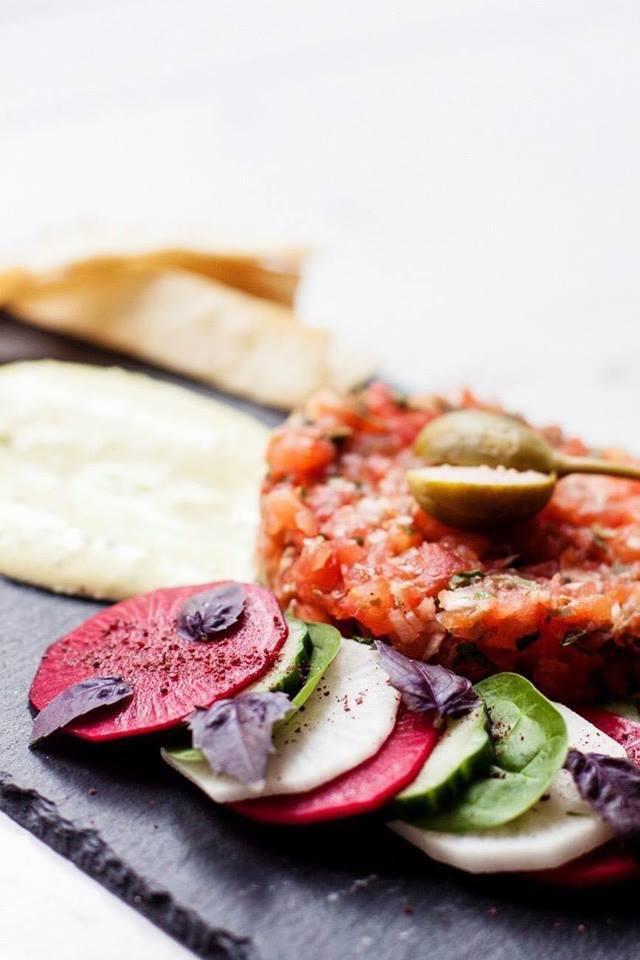 Absolutny hit Veg Deli – tatar z pomidora z wegańskim majonezem