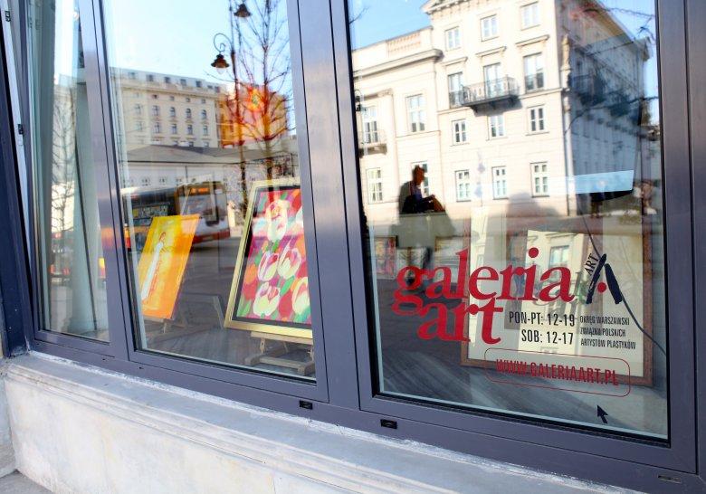 Witryna Galerii Art, widoczna od Krakowskiego Przedmieścia w Warszawie
