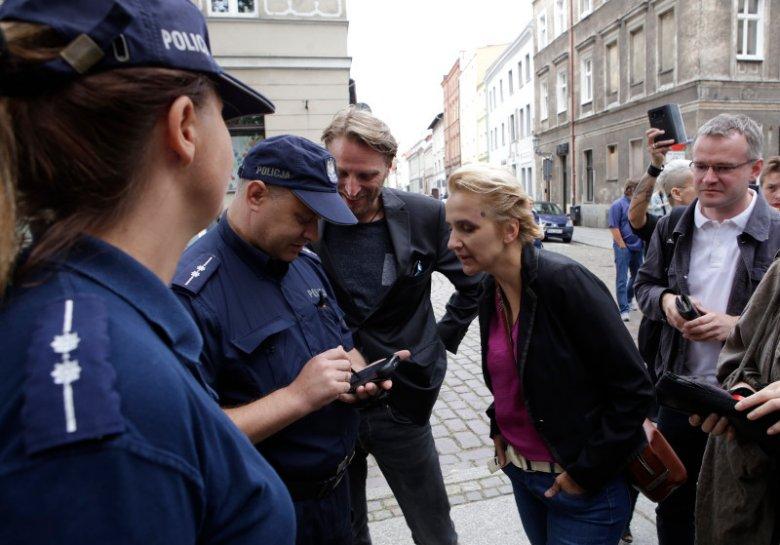 """Posłanka Joanna Scheuring-Wielgus  została spisana w Toruniu przez policję po akcji """"Baby Shoes Remember"""", która wymierzona była w pedofilów w Kościele."""
