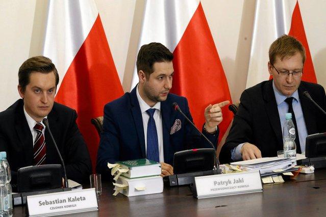 Patryk Jaki ostro krytykuje Hannę Gronkiewicz - Waltz za to, że nie przychodzi na przesłuchanie przed komisją weryfikacyjną. Sam zaś nie stawia się na wezwania sądu w Opolu.