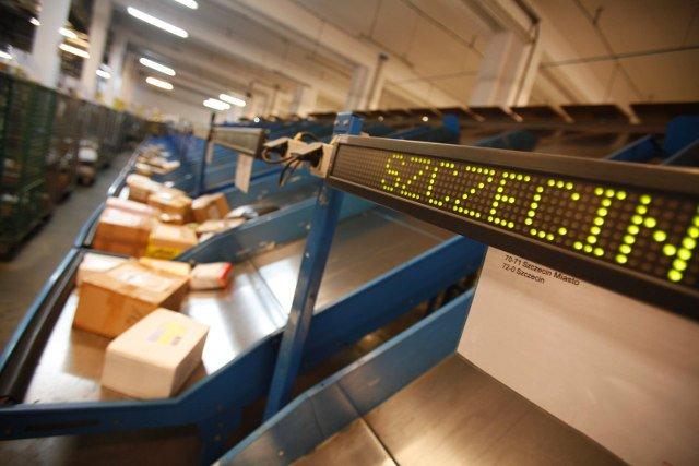 Poczta Polska jest coraz szybsza. Jak wynika z analizy UKE w 2014 roku dostarczała odbiorcom dzień po nadaniu 84,4 procent paczek priorytetowych.