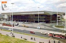 Dworzec kolejowy Warszawa Centralna (1975). Budowę, którą rozpoczęto w 1972 roku ukończono 3 lata później w ekspresowym tempie, aby na uroczystości otwarcia mógł pojawić się Leonid Breżniew