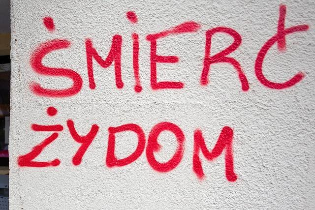 Antysemicki napis na bloku w Krakowie