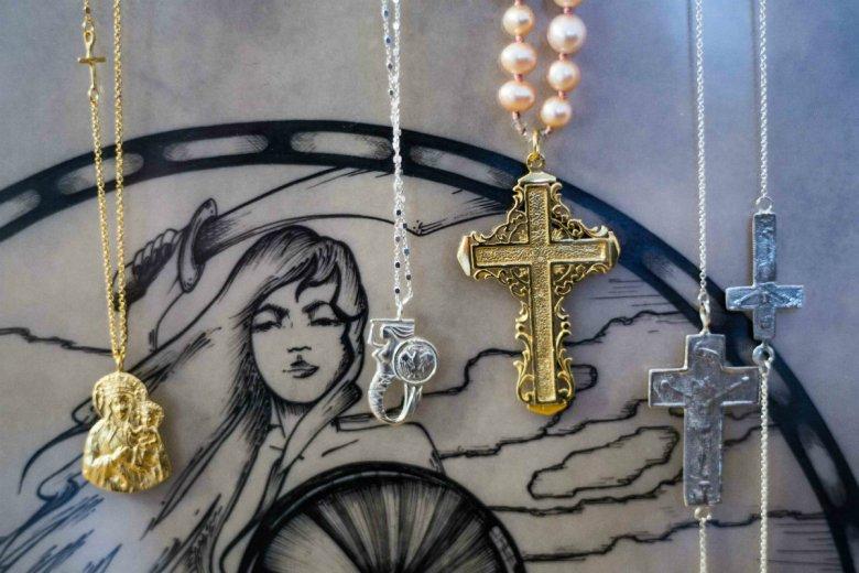 Od lewej: naszyjnik Madre, naszyjnik Syrenka i naszyjniki z krzyżami projektu Anki Krystyniak
