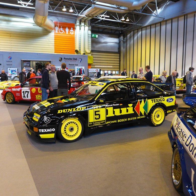 Legendarny Ford Sierra Cosworth, początkowo 3-drzwiowy i z tylnym napędem, miał swoją premierę 30 lat temu. Sprawdzał się i w wyścigach, i w rajdach.