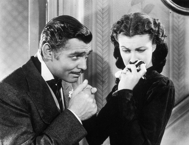 Całowanie w rękę nie wyszło zupełnie z mody, ale gest jest dopuszczony w określonych sytuacjach - np. na jubileuszach