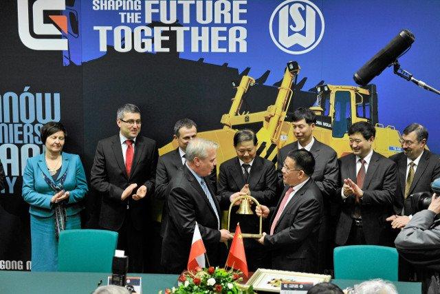 Podpisanie kontraktu sprzedaży polskiej firmy Chińczykom. Wbrew zapowiedziom i hasłom, nie ma rozmachu.