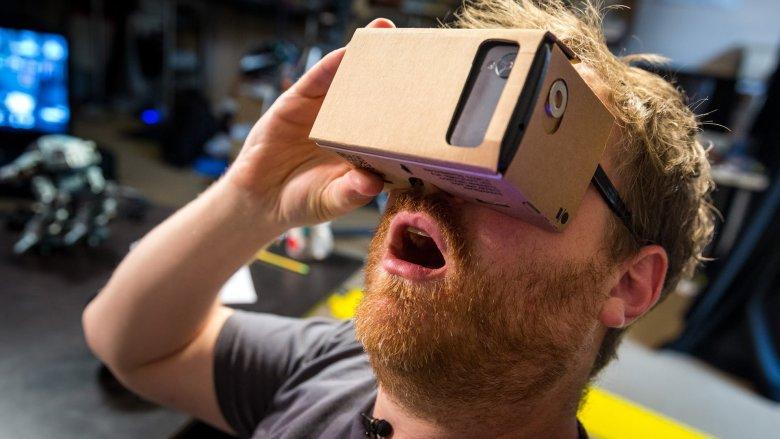 Do podziwiania wirtualnej rzeczywistości wystarczy kawałek tektury i smartfon.