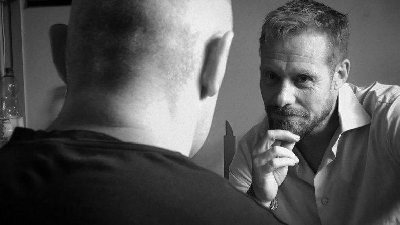 Rinke Rooyens podczas rozmowy z osadzonym w Zakładzie Karnym w Krzywańcu
