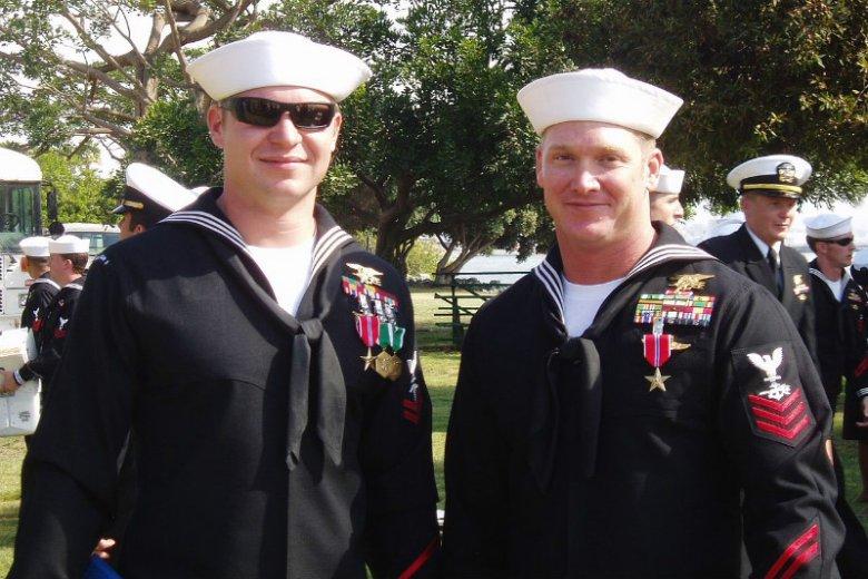 Za swoją służbę Kevin Lacz został odznaczony m.in. Brązową Gwiazdą. Na zdjęciu ze swoim przyjacielem, Chrisem Kylem (po prawej) podczas ceremonii wręczenia odznaczeń dla SEAL Team 3 w Coronado w Kalifornii (2007)