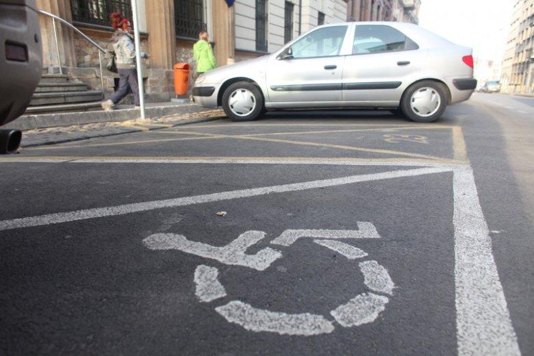 """Wielka Brytania wprowadza rewolucję w parkowaniu na """"kopertach"""". Czy w Polsce też coś takiego by się przydało?"""