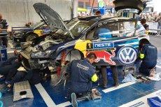 Zespół Volkswagen Motorsport podczas serwisu auta Sebastiana Ogiera.