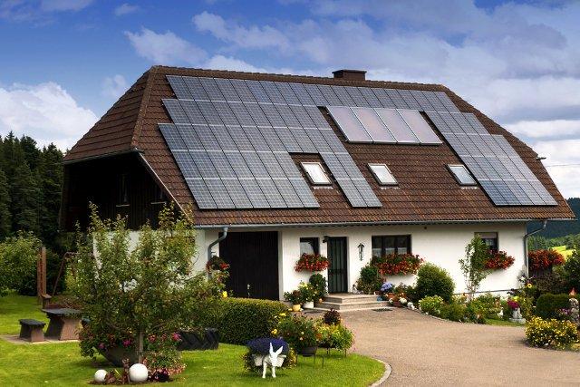 Własny dom tylko za cenę słonecznej działki. Bank Ochrony Środowiska chce zaoferować taki produkt dzięki rozwojowi przydomowych elektrowni słonecznych