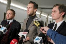 """Tak, to ci trzej młodzi posłowie PiS zaprezentowali nowy projekt dyscyplinujący sędziów niepokornych wobec """"dobrej zmiany"""". Od lewej: Jacek Ozdoba, Jan Kanthak i Sebastian Kaleta."""