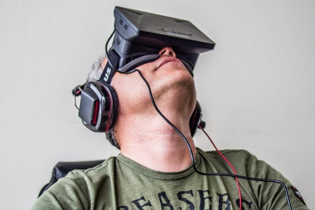 Mężczyzna w okularach Oculus Rift (słuchawki nie wchodzą w skład zestawu)